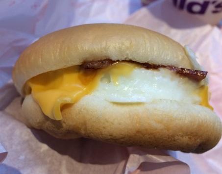 朝マック「ベーコンエッグマックサンド」実物